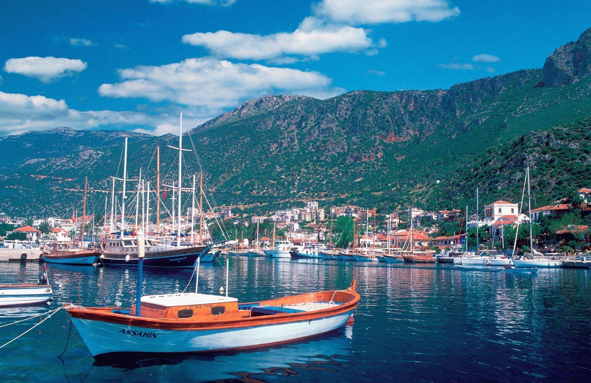 Кемер считается одним из тусовочных городков на Средиземноморском побережье