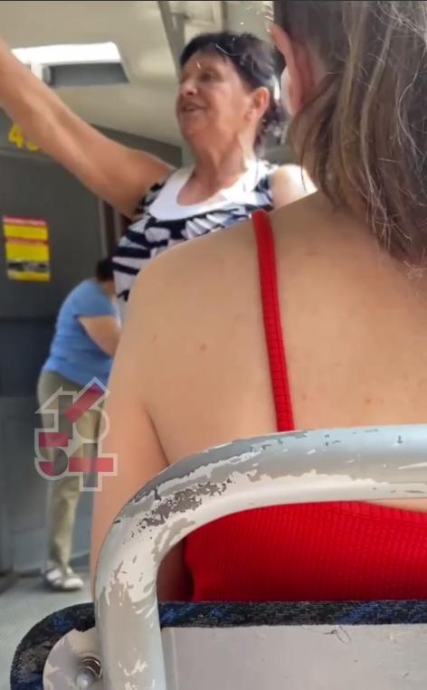Кондукторка в грубій манері вчила пасажирів користуватися електронними квитками.