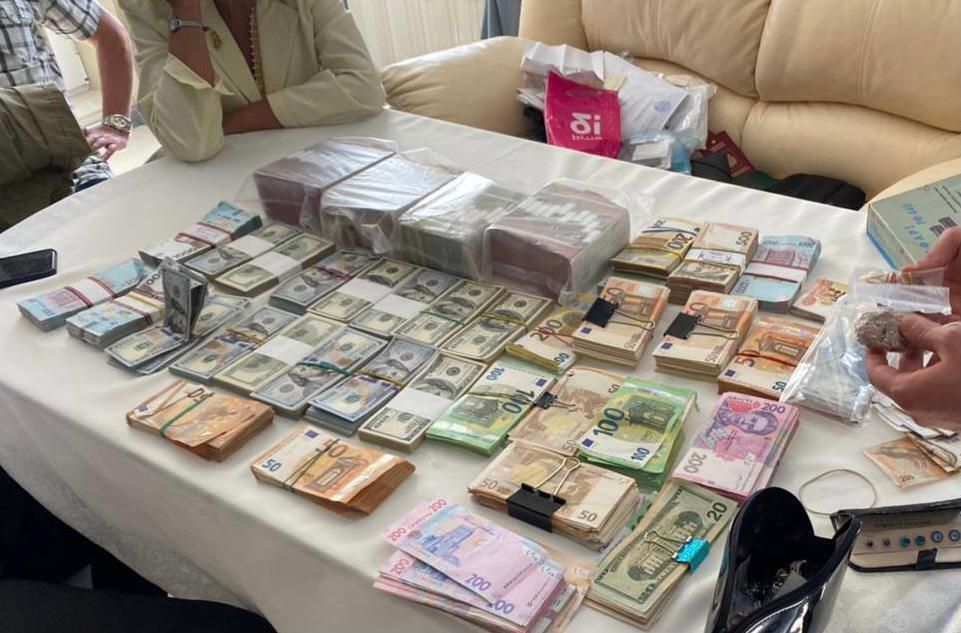 СБУ вилучила близько 10 млн грн під час обшуків.