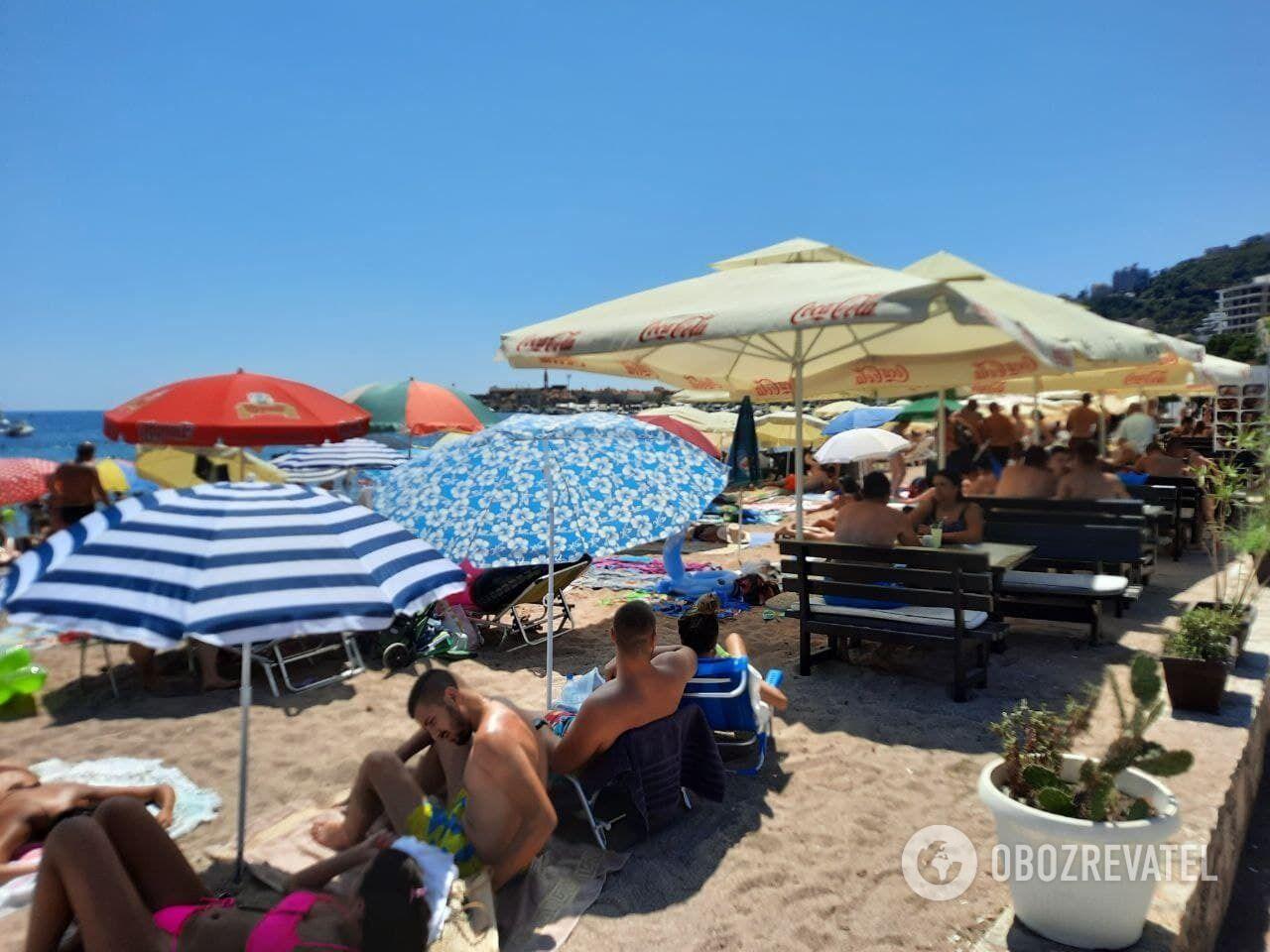 Людей на пляжах Будви дуже багато