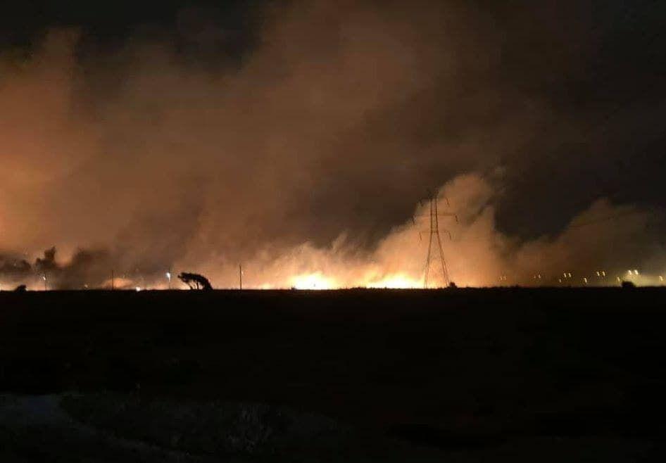 Спасатели борются с огнем.