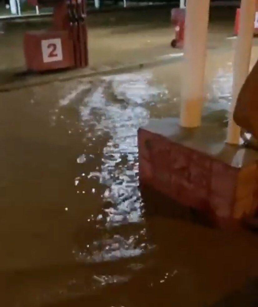 Из-за дождей затопило трассу на Ялту.