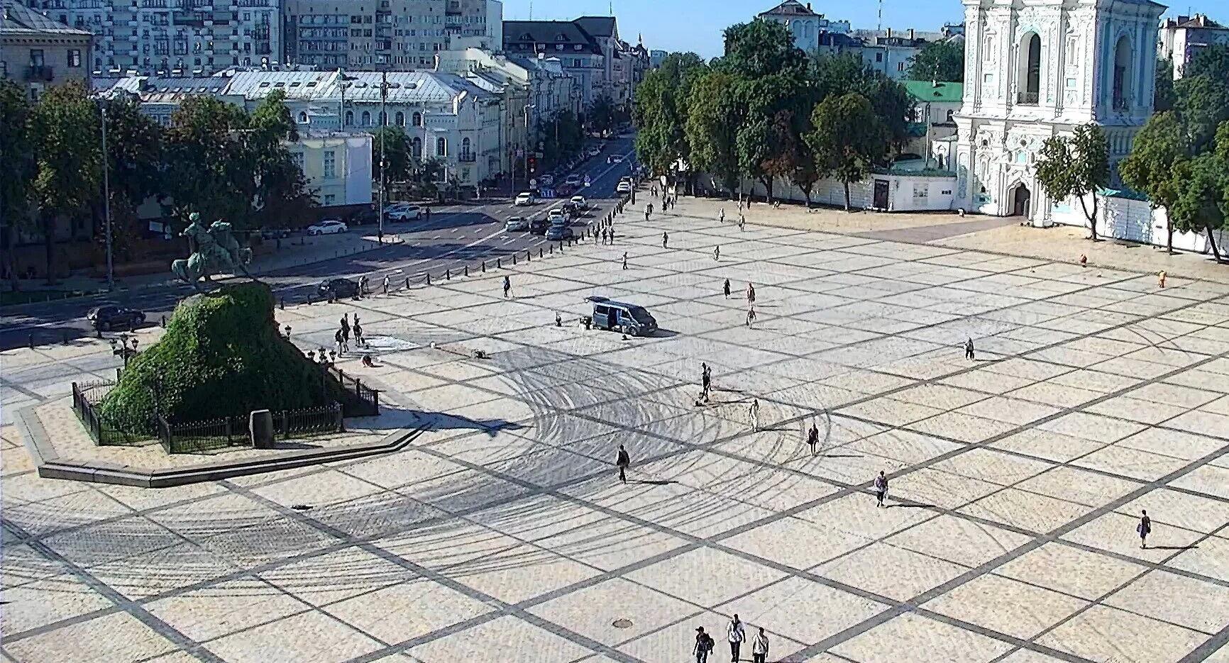 Так площадь выглядела на следующий день после дрифта, 11 августа.