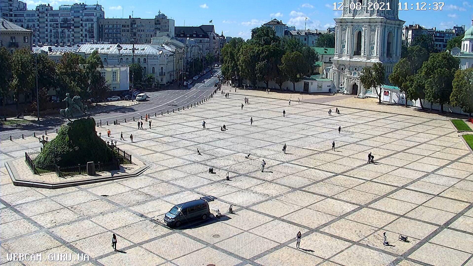 Уборка площади практически закончилась.