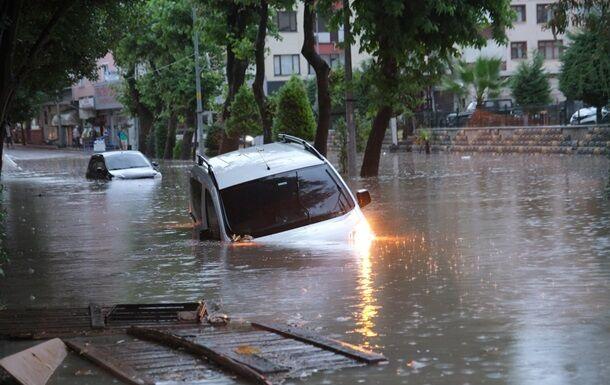 Машини тонуть під водою.