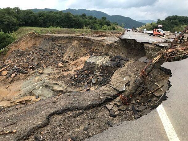 Руйнування доріг і покриттів.
