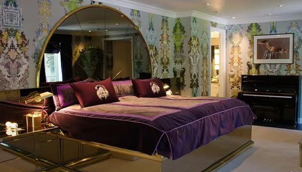 Большая кровать в доме модели