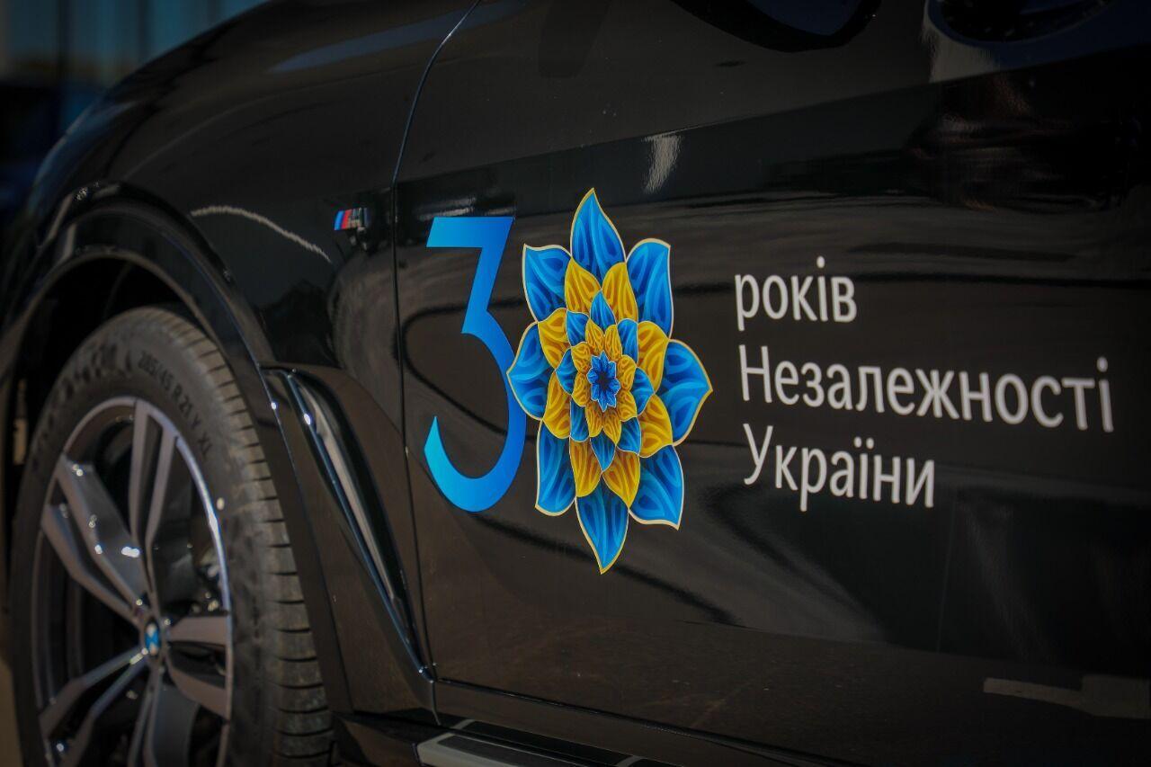 На арендованные авто нанесли логотип праздника