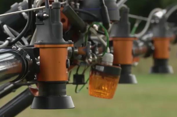 С помощью специального GPS-навигатора и искусственного интеллекта робот мониторит поле.