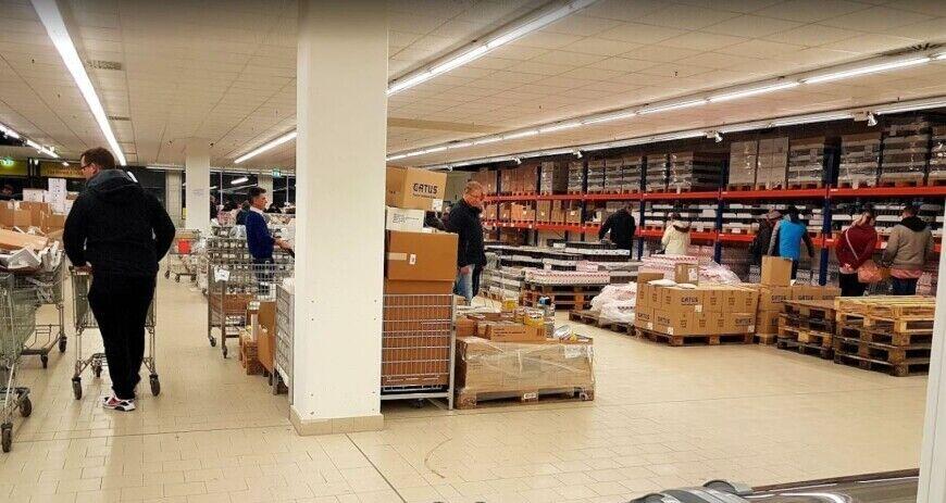 Магазини нагадують склади