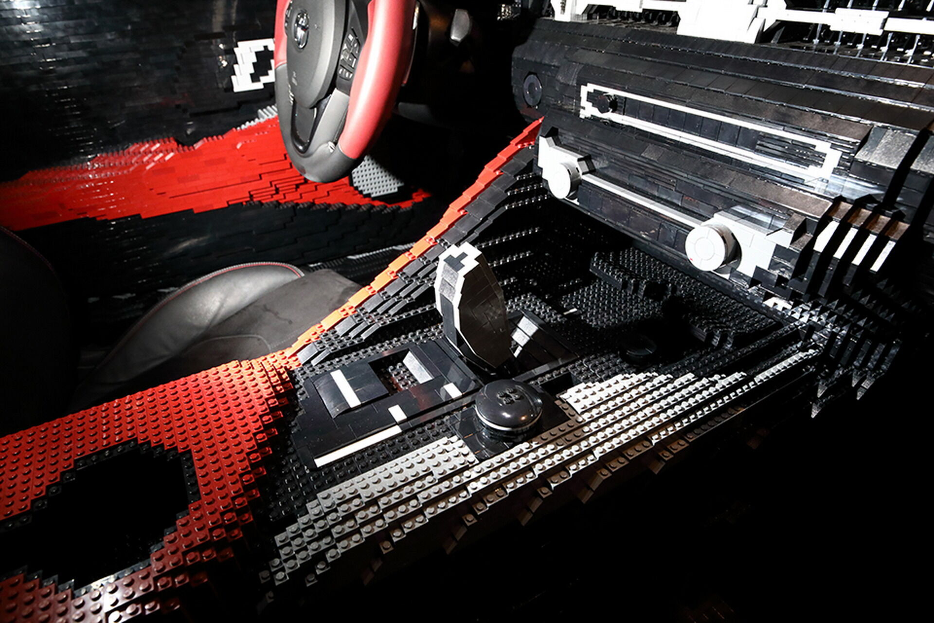 Інтер'єр майже повністю виконаний з пластикових деталей Lego, включаючи центральну консоль і торпеду