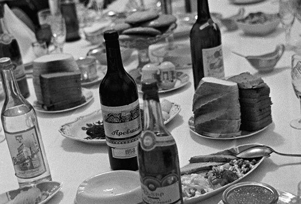 Мужчины предпочитали водку, а женщины вина и ликеры