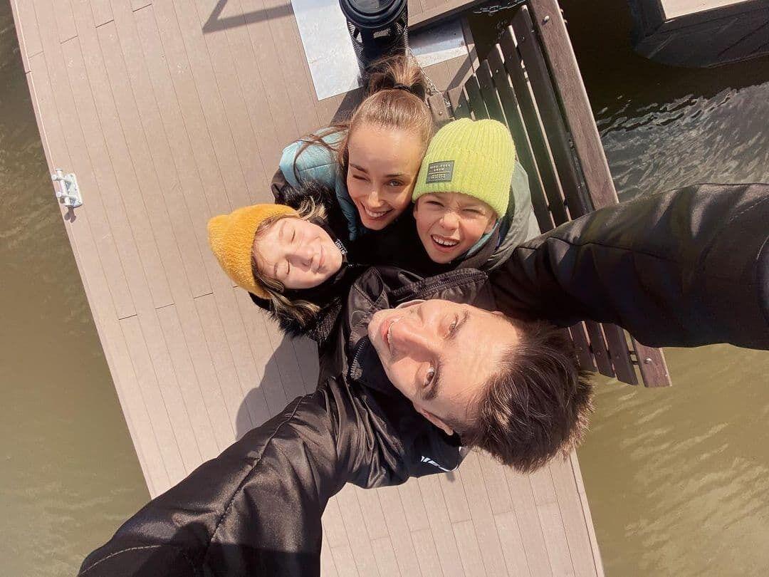 Мишина и Эллерт с детьми на прогулке.