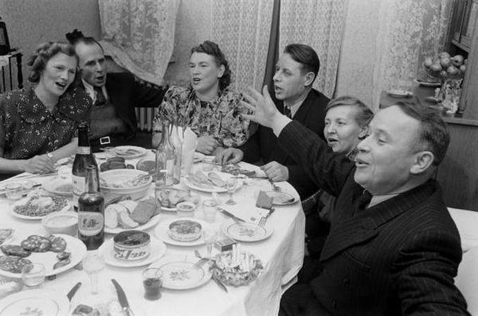 Праздничный стол в 1950-х годах.