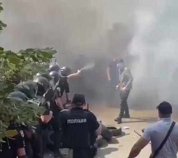Правоохранители применили слезоточивый газ.