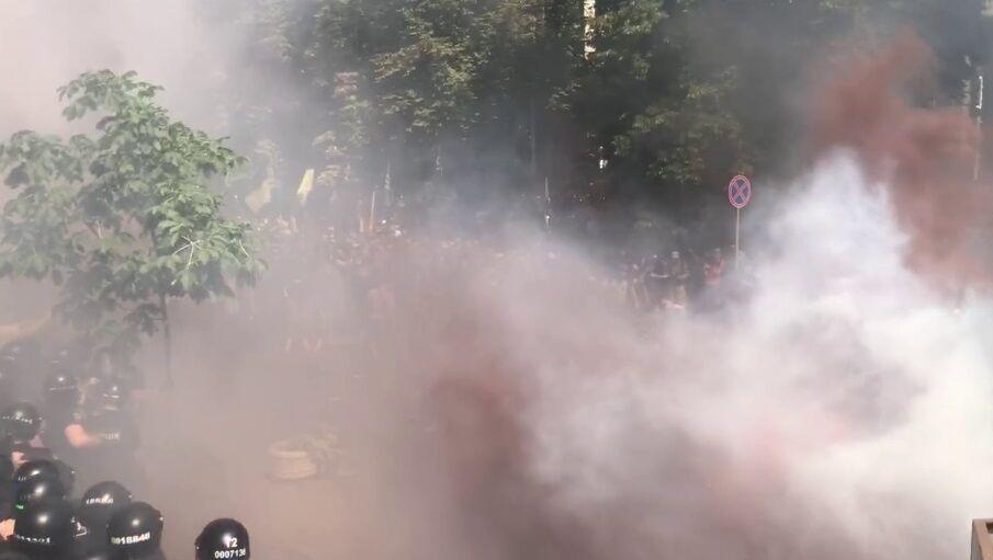 Дымовые шашки на Банковой.
