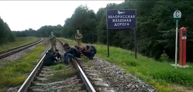 Силовики з Білорусі супроводжували біженців.