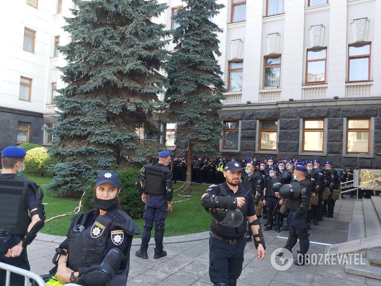Правоохранители окружили здание ОП