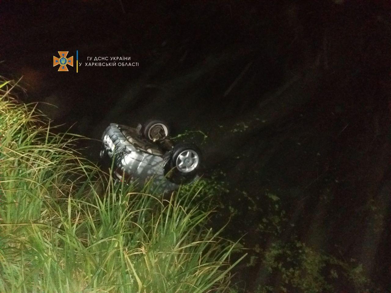 Авто з людьми скотилося в річку, водій врятувався