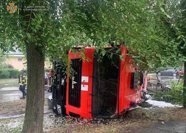 Перевернутый автомобиль пожарных.