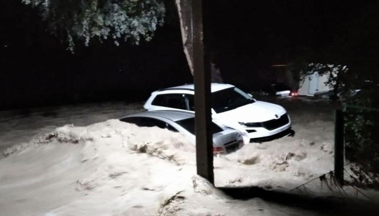 Спасатели начали описывать ущерб от стихии.