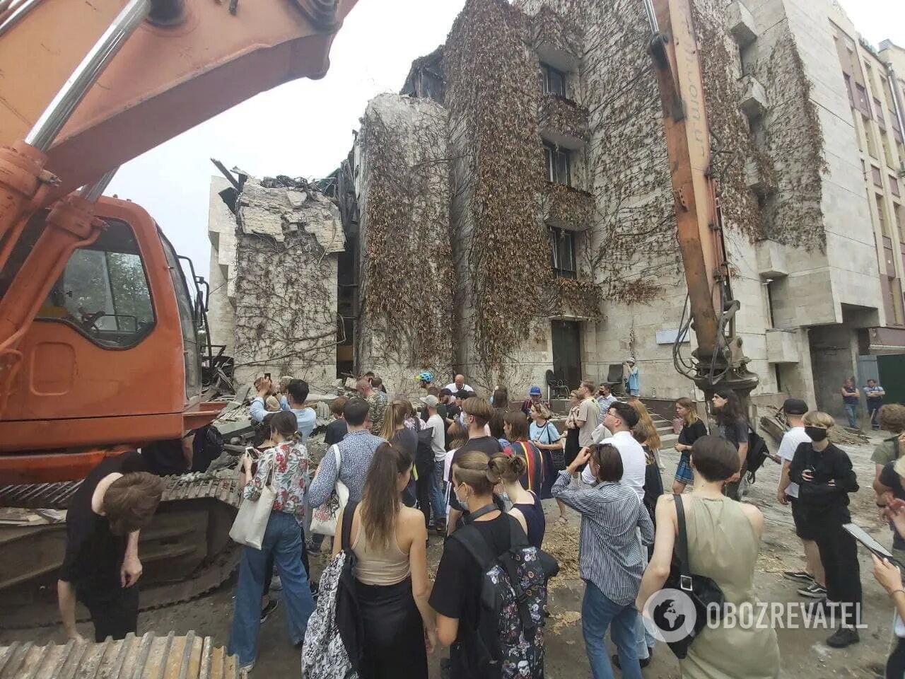 """Активісти біля будівлі """"Квіти України""""."""