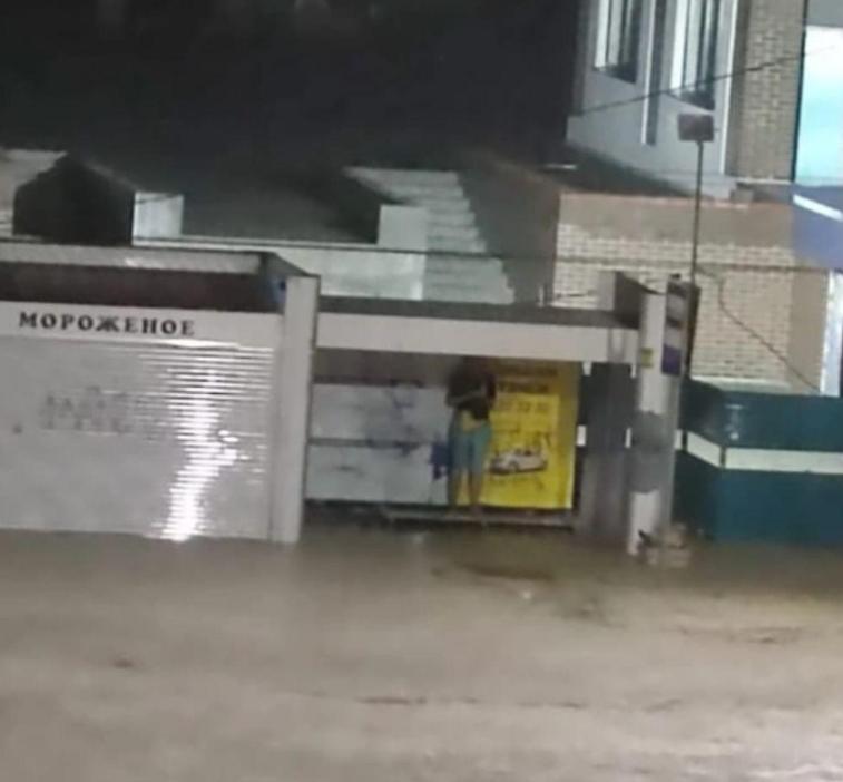 К ликвидации последствий сильного ливня в Новороссийске подключены все городские службы.
