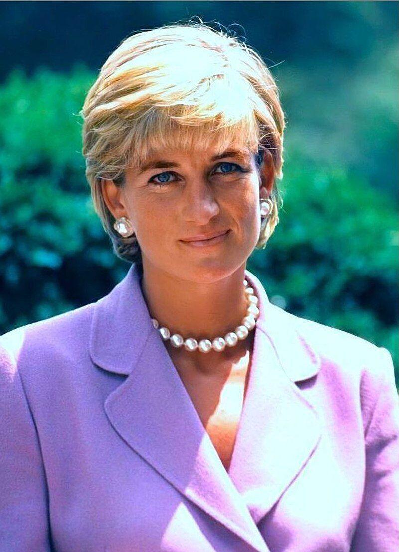 Принцесса Уэльская Диана погибла в аварии.