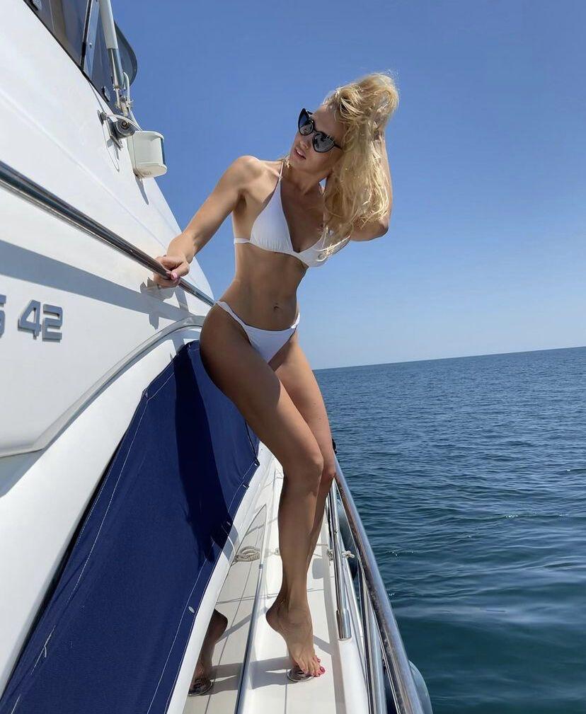 Полякова на яхті в бікіні