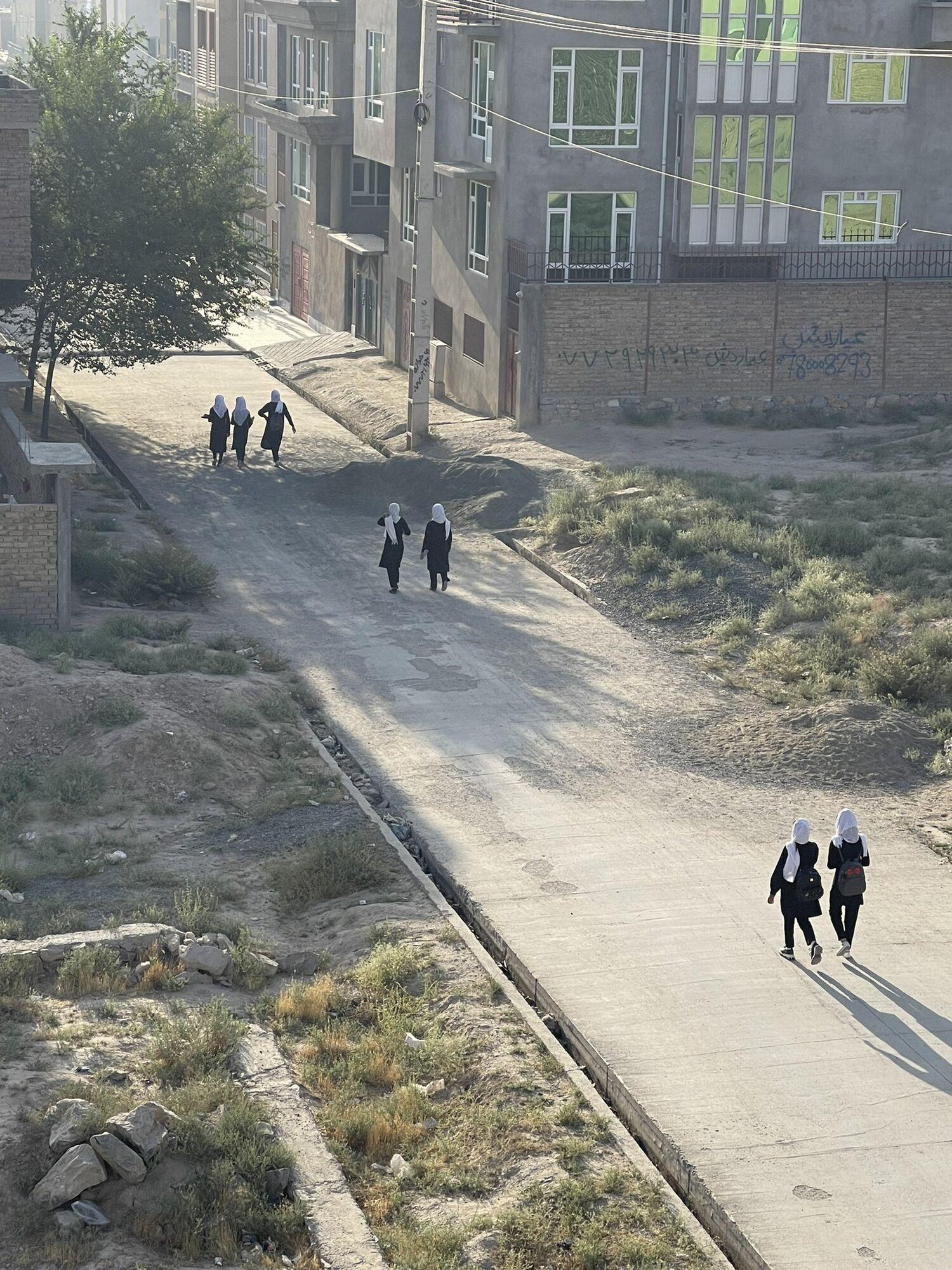 Афганские девушки идут в школу после взятия страны талибами