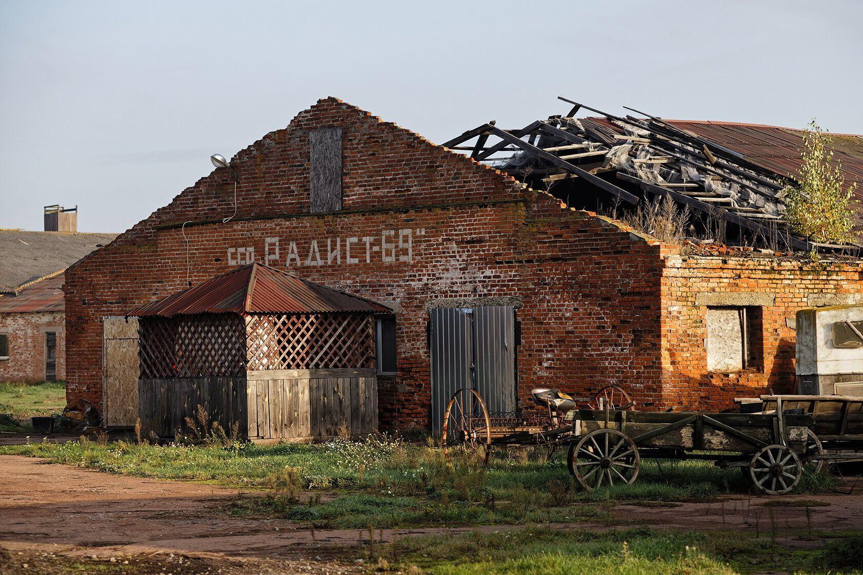 Чтобы попасть к киношным локациям, нужно пройти развалины бывшего колхоза.