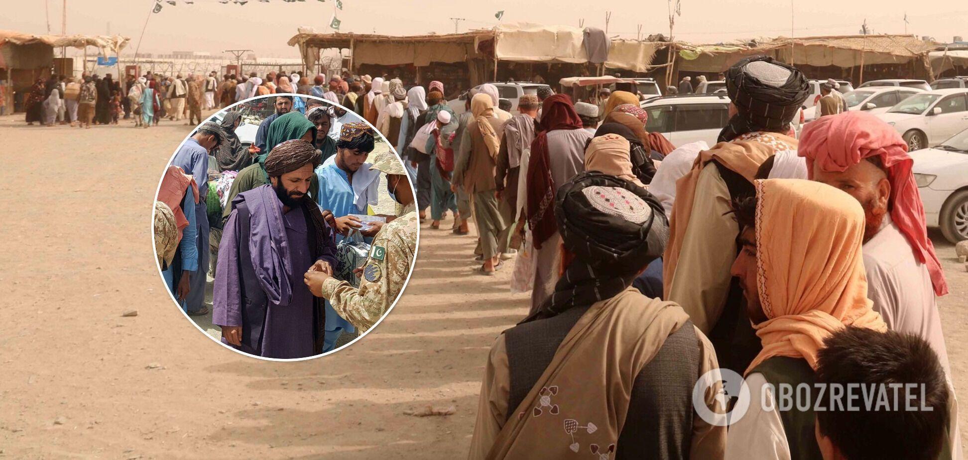 Афганцы, желающие вернуться на родину, на контрольно-пропускном пункте в пакистанском городе Чаман