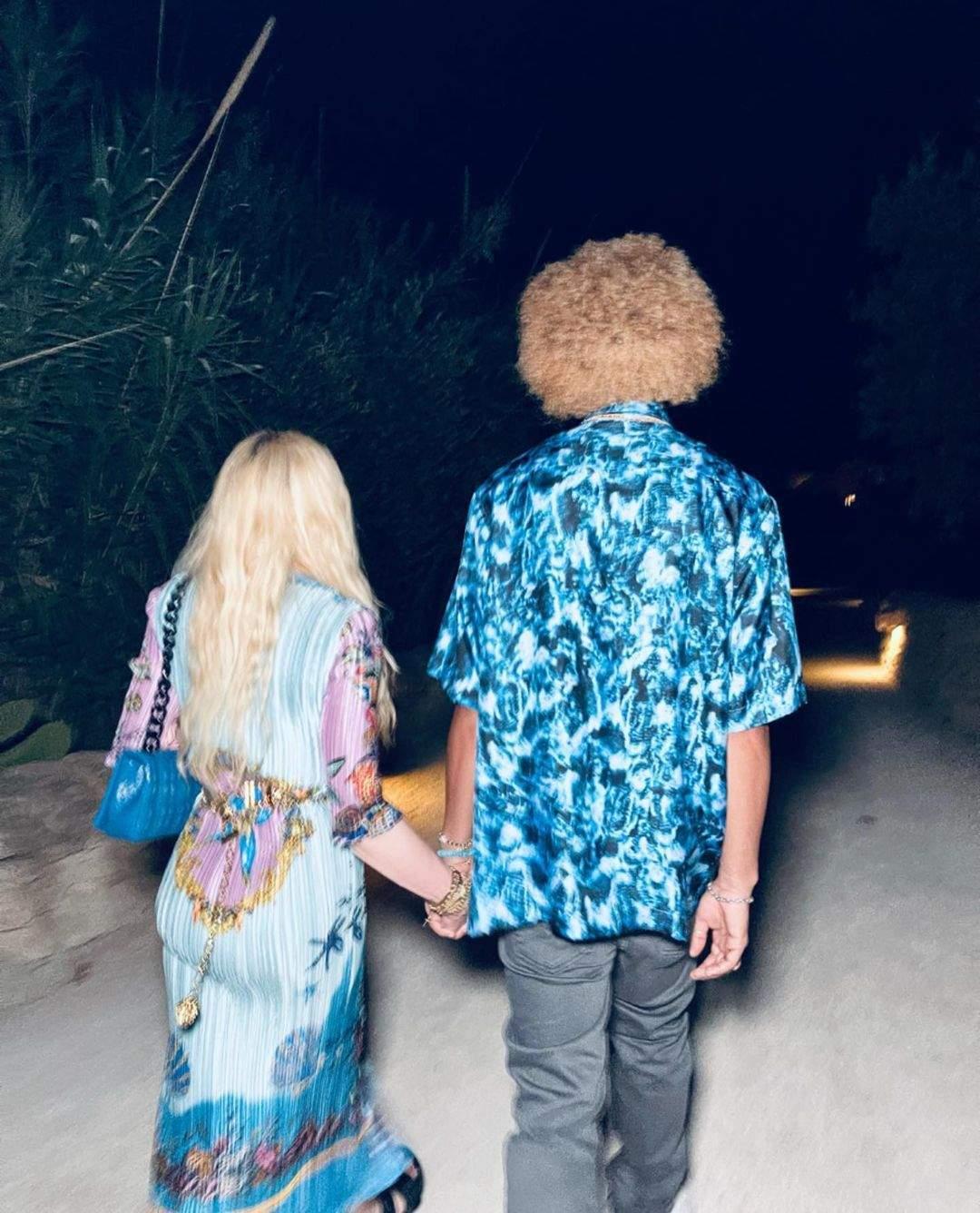 Мадонна в ярком наряде со своим парнем