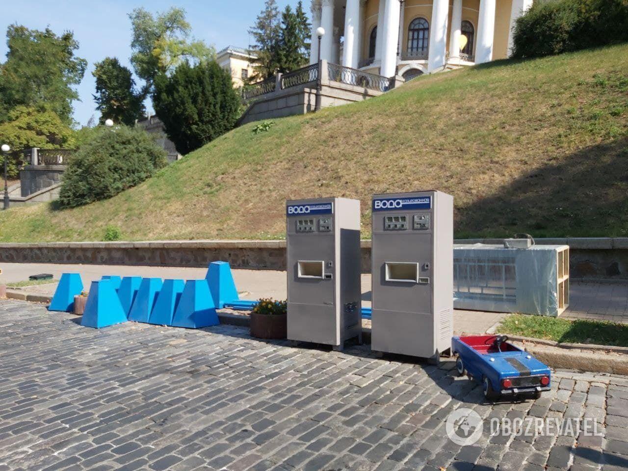 Автомати для продажу газованої води.