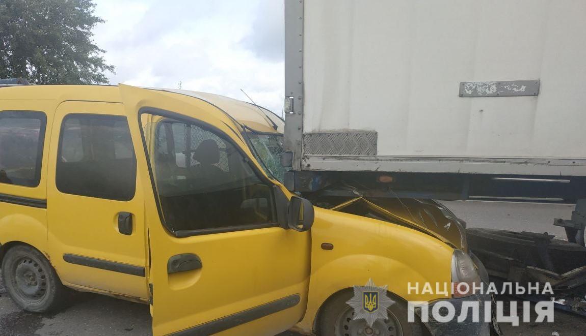 Renault опинився під причепом автопоїзда DAF
