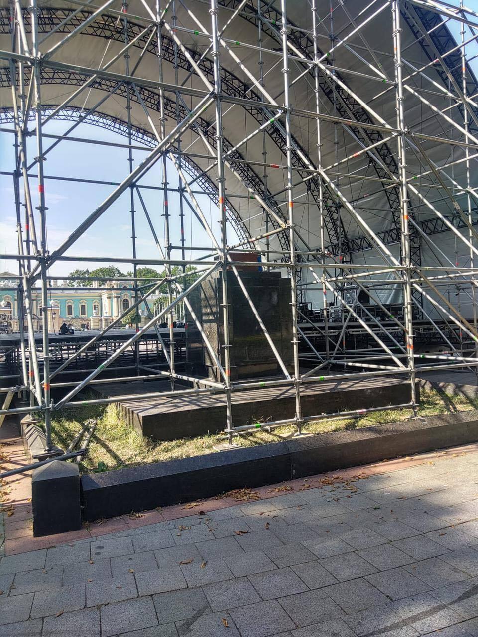 Конструкция сцены располагается над памятным знаком