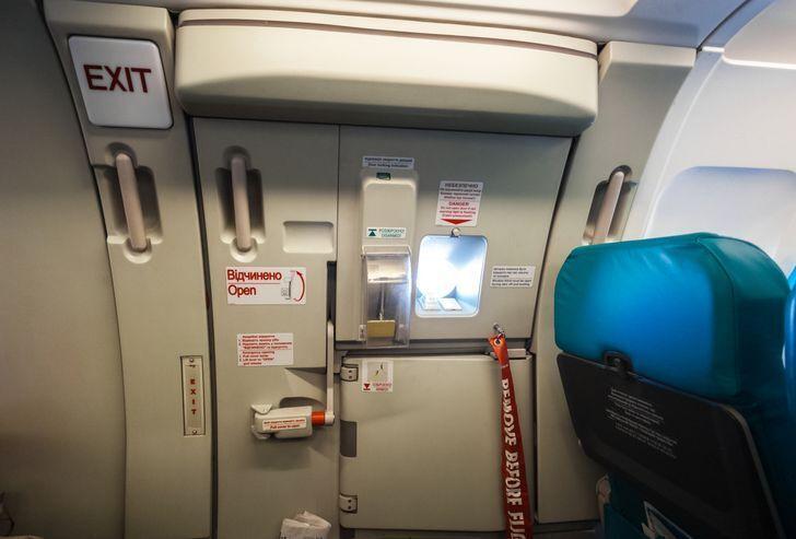 Відчинити аварійні двері літака практично неможливо