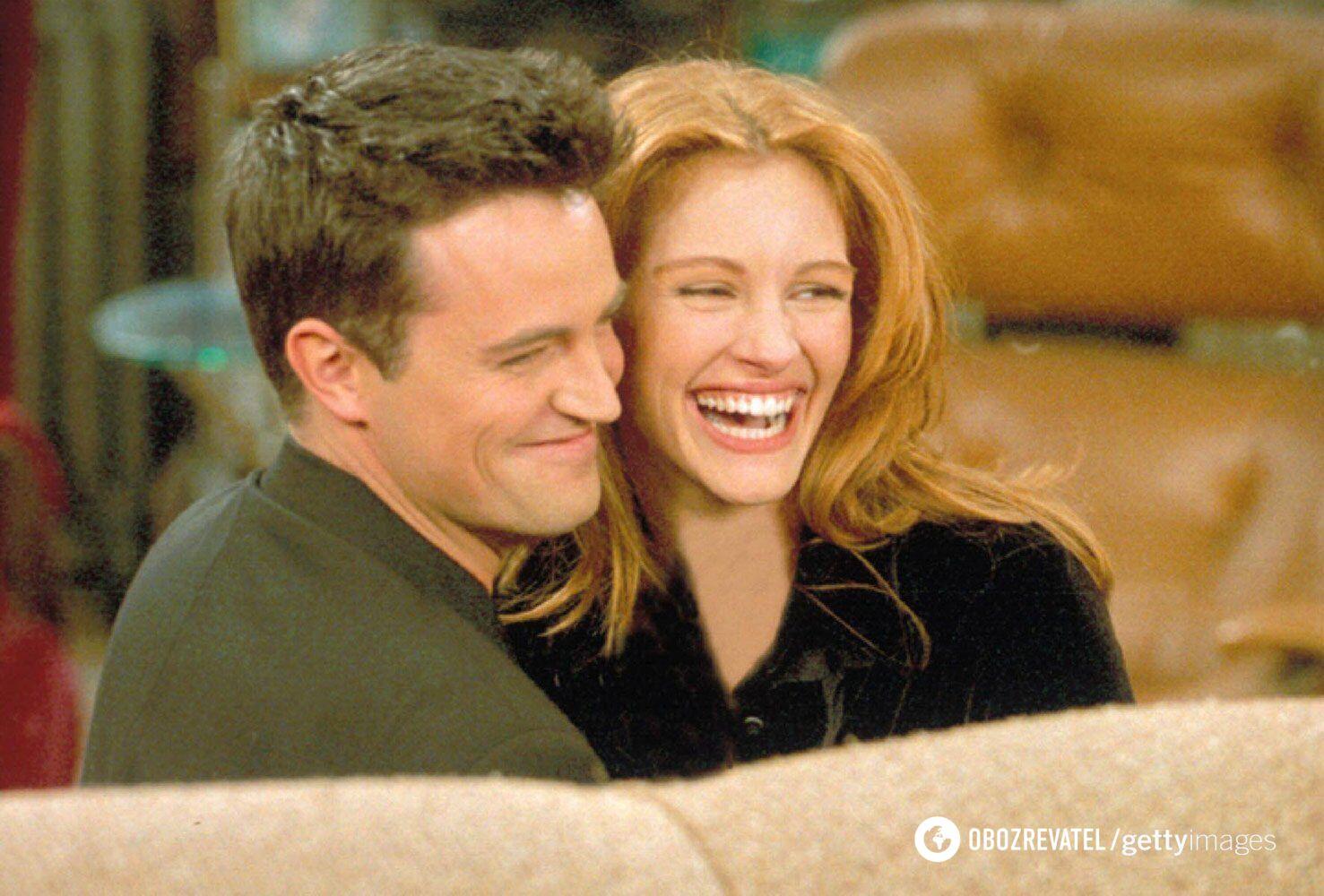 Метью Перрі з Джулією Робертс на зйомках у серіалі.