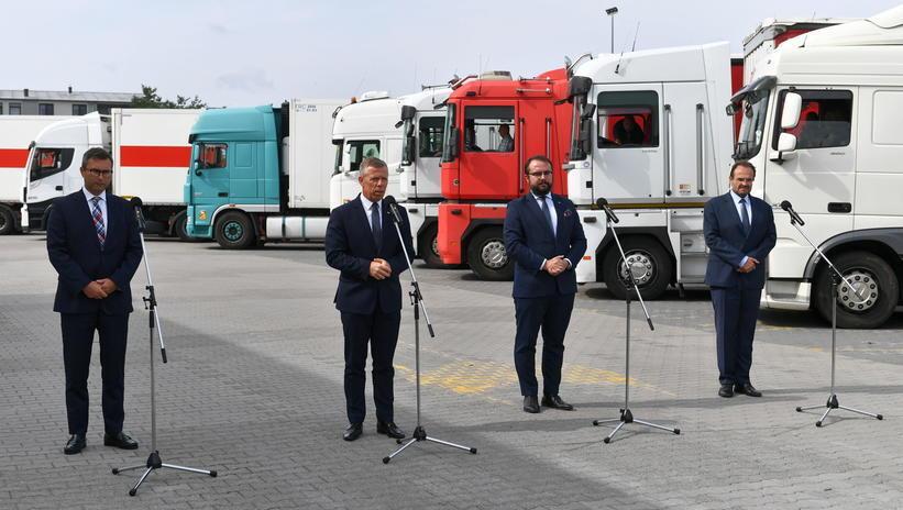 Польские чиновники выступили на фоне грузовиков с помощью для Украины
