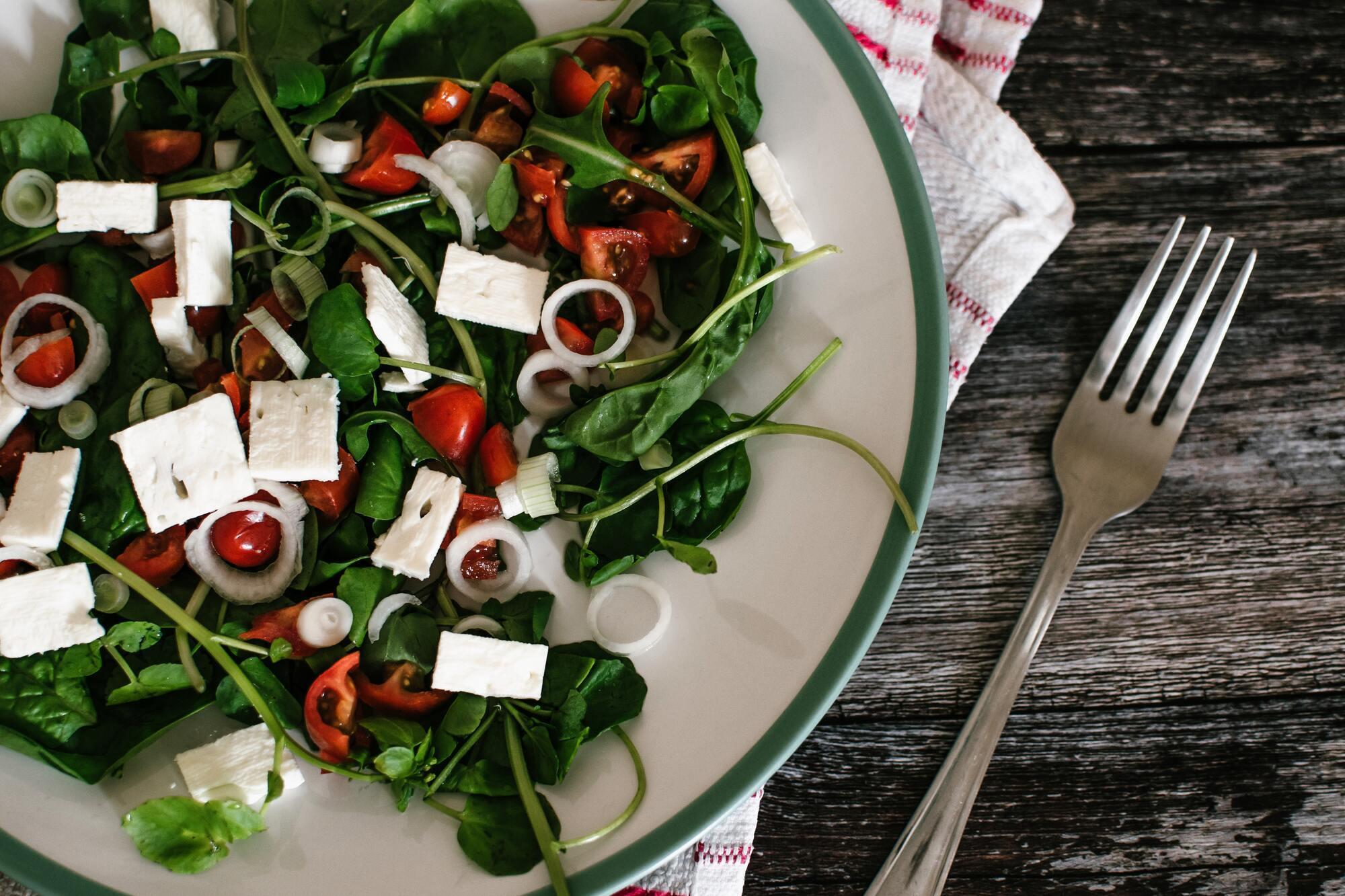 В Греции обязательно нужно попробовать настоящий греческий салат с домашней фетой