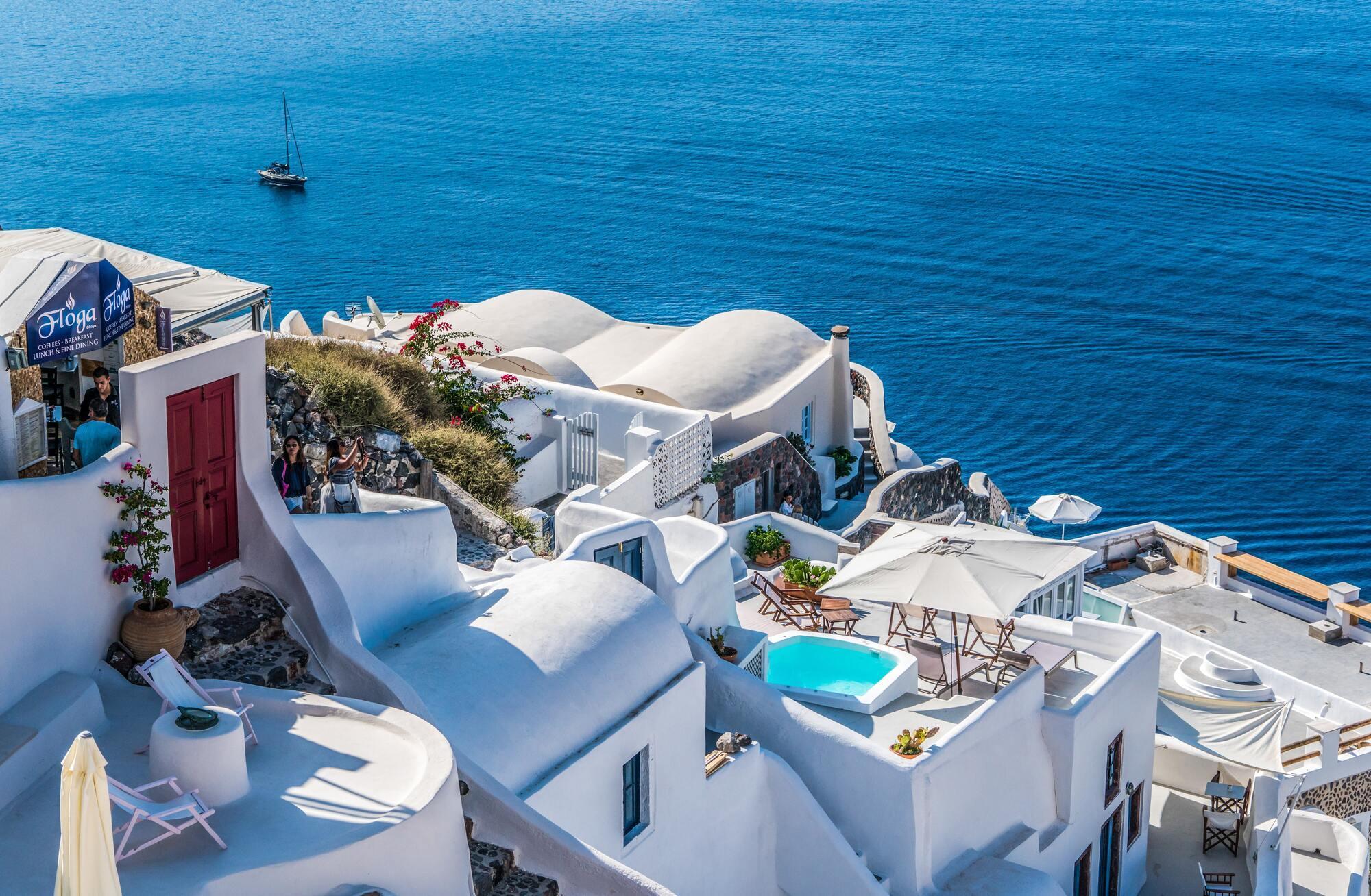 Греческий курорт Санторини знаменит бело-синими домиками