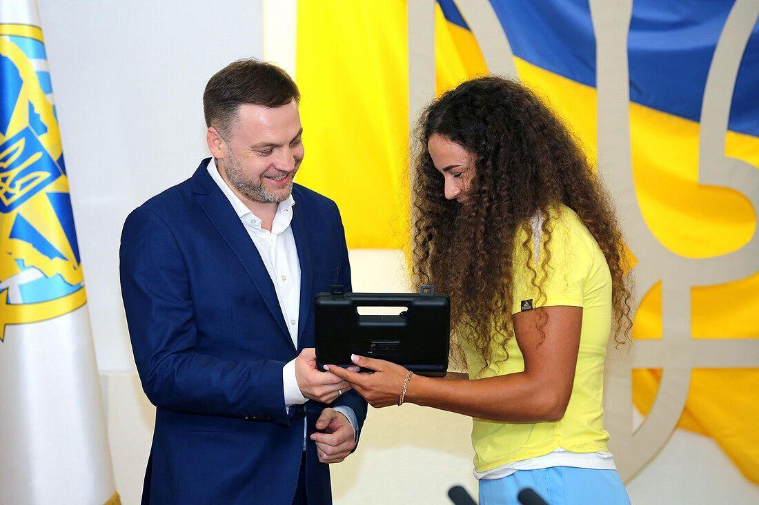 Також годинниками від МВС міністр нагородив заслужених тренерів