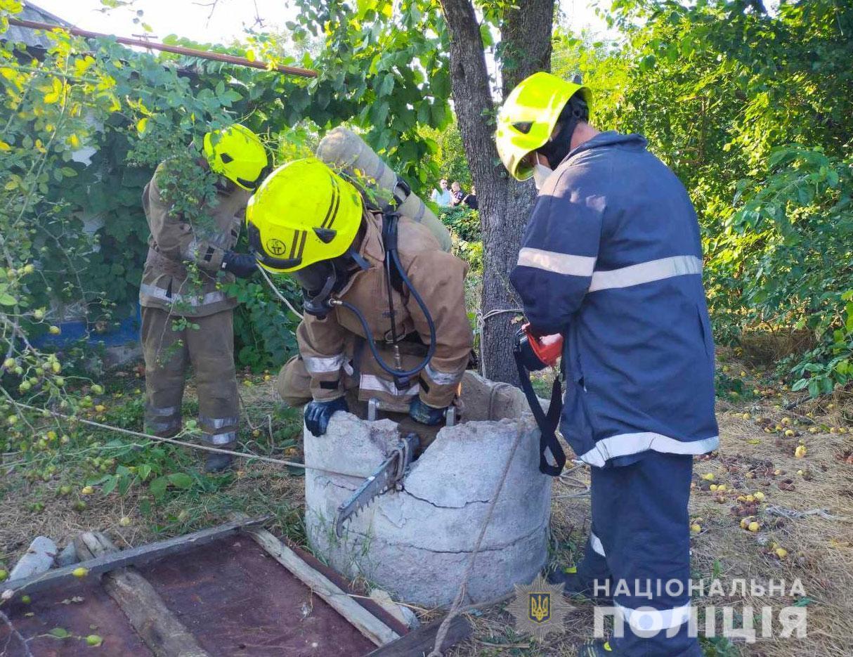Спасатели достали тело из колодца