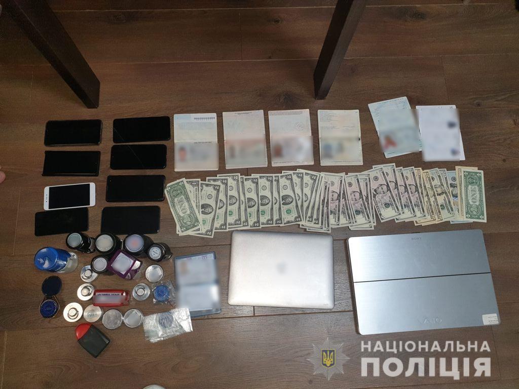 Во время обысков нашли деньги, документы и поддельные визы.