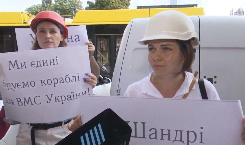 """Рабочие завода """"Кузница на Рыбацком"""" проводят акцию в поддержку руководителя своего предприятия Валерия Шандры"""