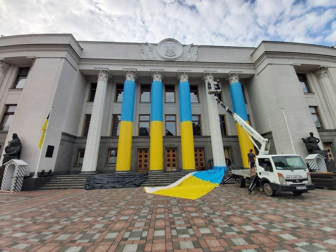 Здание Рады украсили в национальные цвета .
