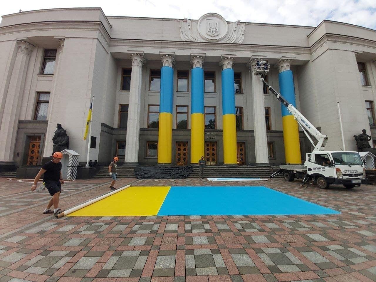 Украинский стяг у Рады.