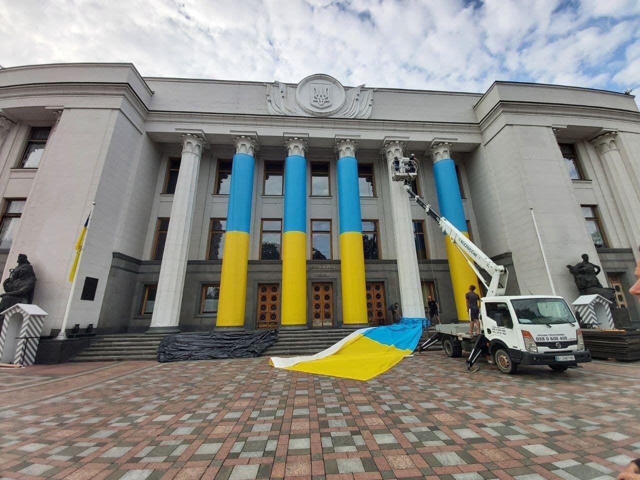 Здание парламента изменилось к празднику 24 августа .