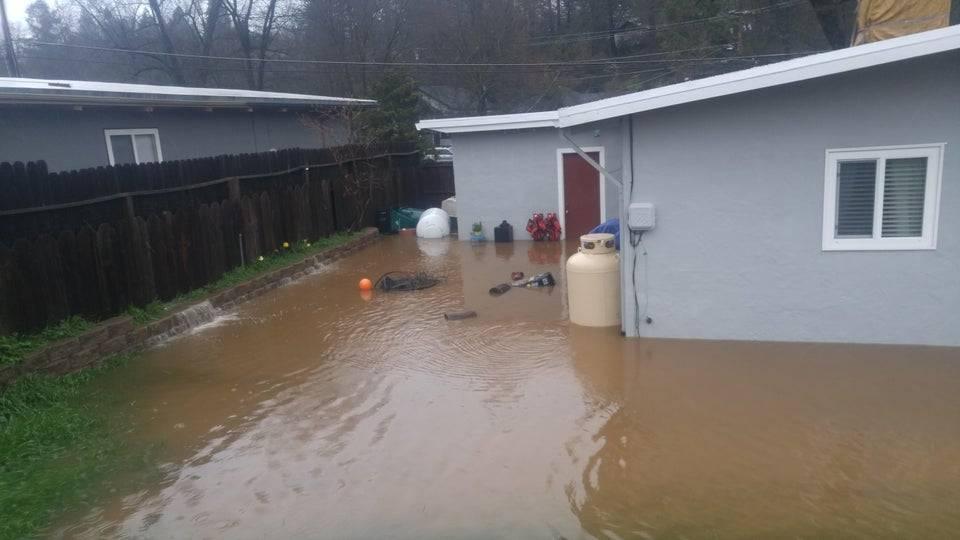 Усе подвір'я затопило водою