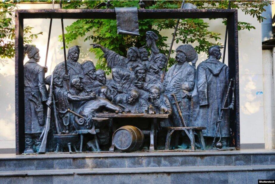 """Кубань. Скульптурна композиція в місті Краснодарі за мотивами картини художника Іллі Рєпіна (Ріпина) """"Запорожці"""", яка включає в себе 15 бронзових українських козаків"""
